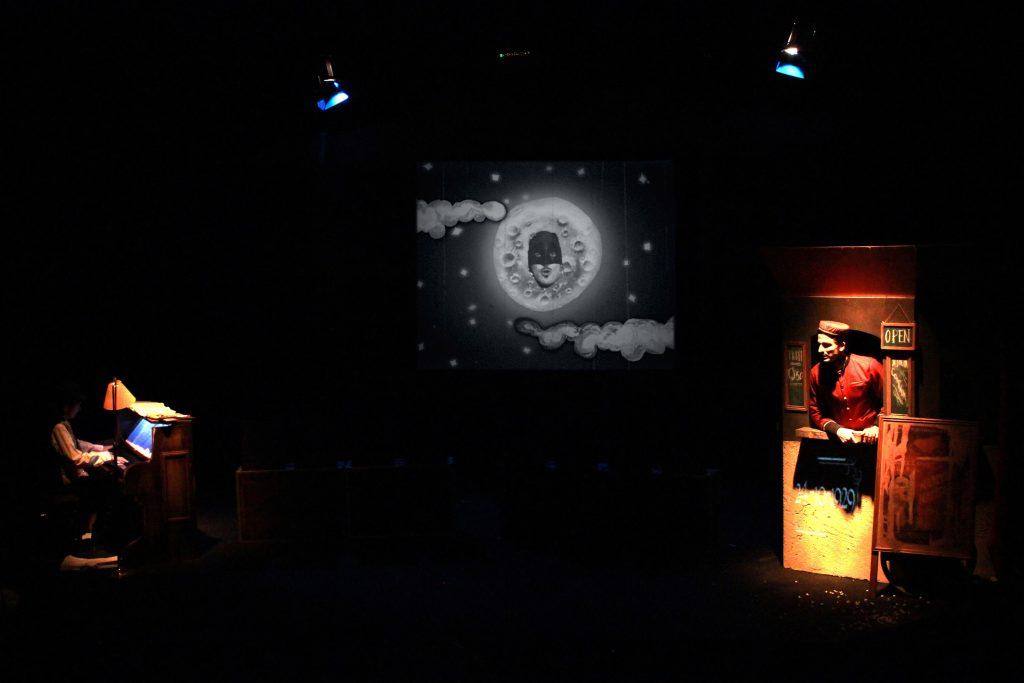 Momento de la obra con la pianista y el actor, donde se aprecia la proyección.
