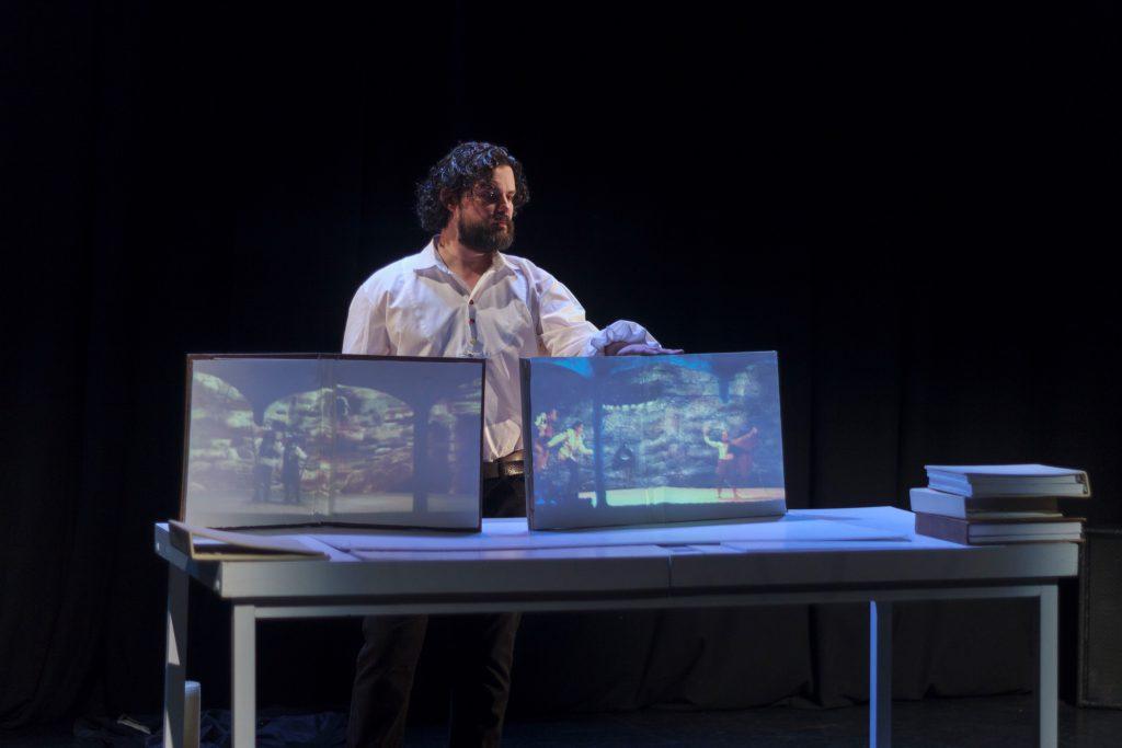La escenografía digital se repartió en varios soportes de proyección.